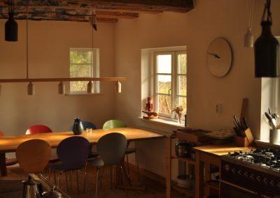 Ein großer Esstisch für viele Menschen geeignet