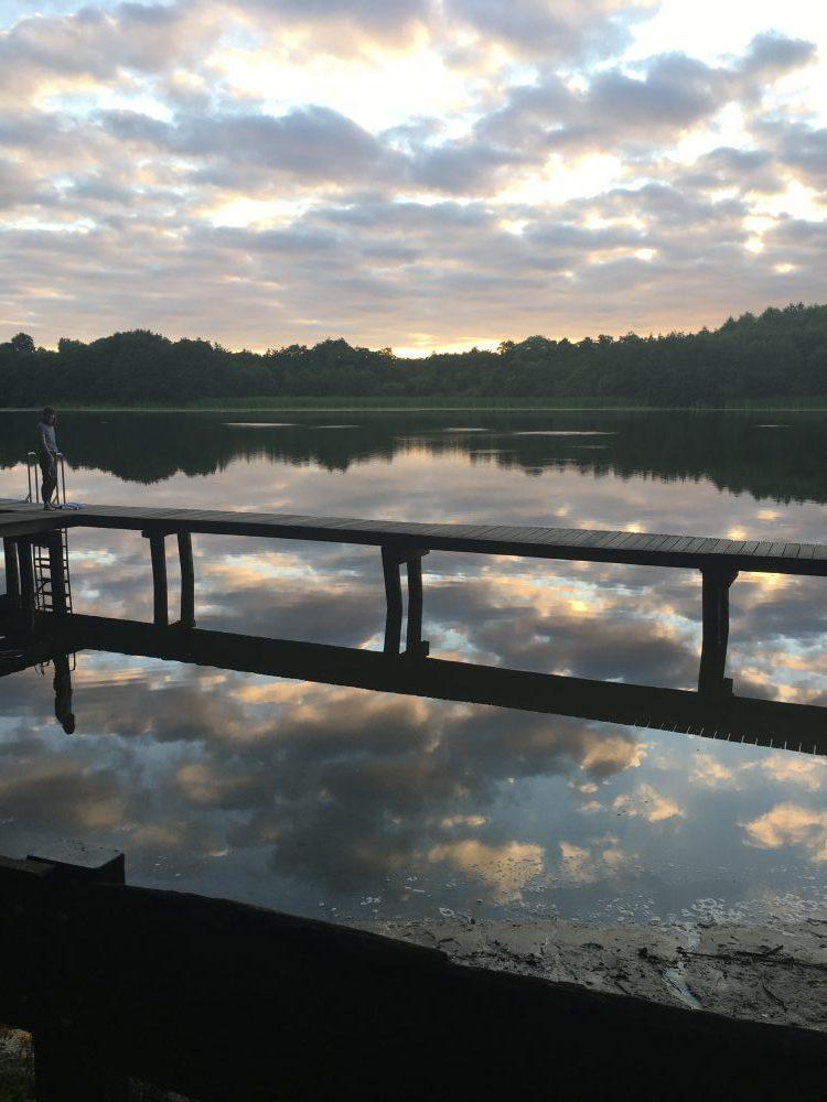 Die Wolken spiegeln sich in dem Griebeler See